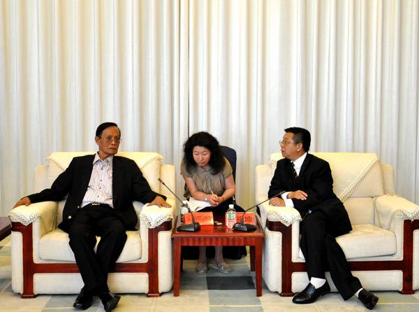 代丽_何祖坤院长(右一)会见吴温伦阁下(左一) 代丽/摄